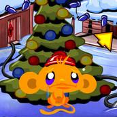 Счастливая обезьянка украшает новогоднюю елку