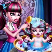 Игра Монстр Хай: Дракулаура купает дочурку